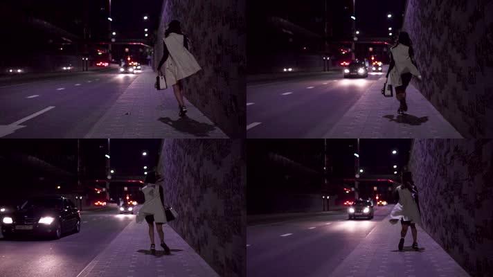 女人晚上街边行走